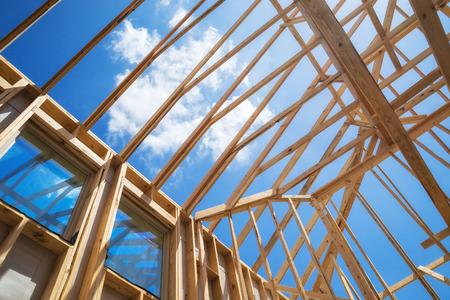 Nieuwbouw huis framing tegen de blauwe hemel, close-up van het plafond frame.