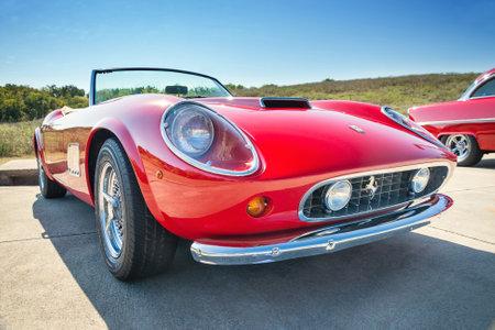 WESTLAKE, TEXAS - 18 oktober 2014: Een rood 1962 Ferrari 250 GT California Spyder is te zien op de 4e jaarlijkse Westlake Classic Car Show. Vooraanzicht.