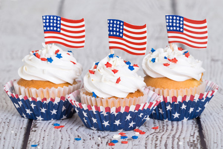 振りかけるとビンテージ背景に星条旗の愛国的なカップケーキ 写真素材