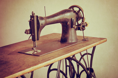 Old sewing machine on textured vintage background 스톡 콘텐츠