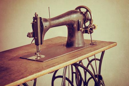 maquinas de coser: Antigua m�quina de coser sobre fondo de textura vendimia