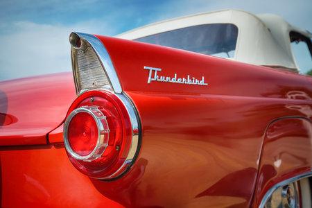 WESTLAKE, TEXAS - ngày 17 tháng 10 năm 2015: vây đuôi và đèn hậu chi tiết của một 1956 Ford Thunderbird mui xe cổ điển màu đỏ.