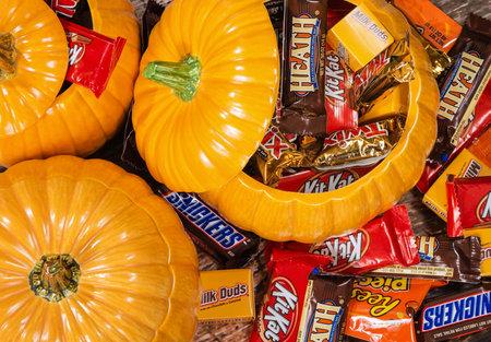 calabazas de halloween: DALLAS, TX - 31 de octubre, 2014: Calabazas decorativas llenas de una variedad de dulces de chocolate de Halloween hecha por Mars, Incorporated y la Compañía Hershey.