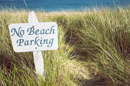 obedecer: Ninguna muestra del estacionamiento en la playa. Concepto de medio ambiente. Foto de archivo