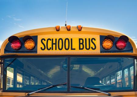 autobus escolar: Vista frontal de un autobús escolar amarillo Foto de archivo