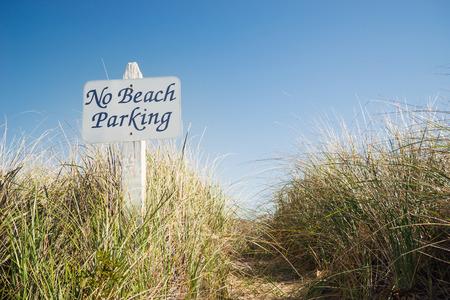 コピー スペースで青空ビーチで駐車禁止標識。環境の持続可能性の概念。