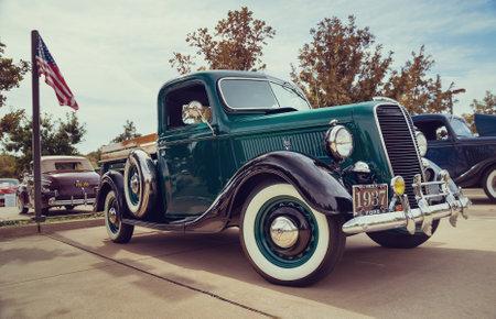 cami�n de reparto: Westlake, Texas - 17 de octubre 2015: A 1937 Ford camioneta coche cl�sico verde oscuro.