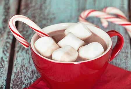 cioccolato natale: Cioccolata calda con marshmallow e zucchero filato in una tazza rossa. sfondo verde Vintage. Primo piano con la profondità di campo.