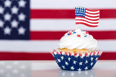 Cupcake patriottico con bandiera americana Archivio Fotografico - 77087596