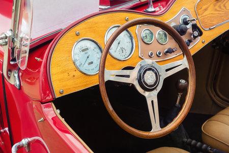 웨스트 레이크, 텍사스 - 2017 년 10 월 21 일 : 레드 1951 MG TD 클래식 자동차의 인테리어보기. 나무 대시 보드, 계기 및 스티어링 휠 확대 사진.