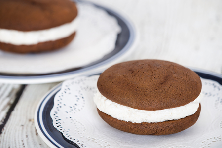 Whoopie pie or moon pie, a chocolate cake dessert filled with creamy frosting Banco de Imagens