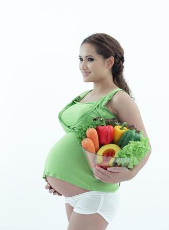Schwangere Frau, die eine Schüssel Salat. Standard-Bild - 20418013