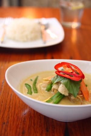 Alimentos tailandeses de curry vermelho com arroz Jusmine