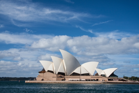 sydney: Opera house in blue sky
