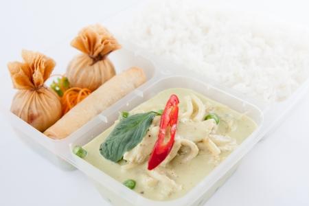 Thai tirar comida, curry verde e rolinho primavera com arroz