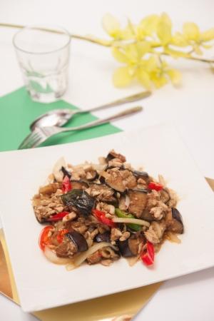 egg plant: Agregue la berenjena frita, comida tailandesa Foto de archivo