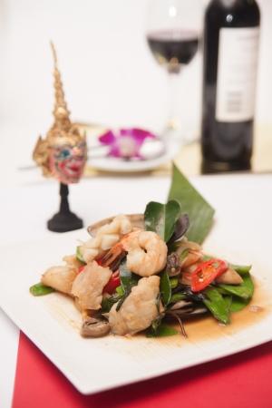 Fritos frutos do mar tailand�s com erva tailandesa