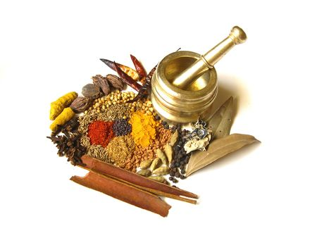 indian spices: Heldere en kleurrijke Indiase kruiden met mortel Stockfoto
