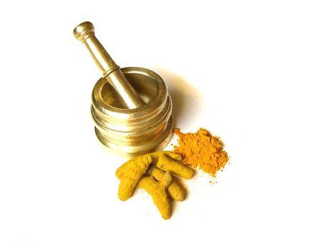 Helder gele kurkuma - geheel en poeder met mortel