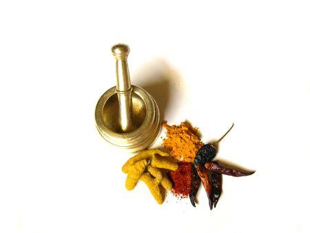 Chilipeper en Kurkuma-Hele en poeder met mortel