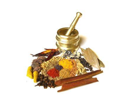 Brillantes y coloridas especias indias con mortero           Foto de archivo
