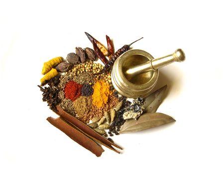 Heldere en kleurrijke Indiase kruiden met mortel Stockfoto