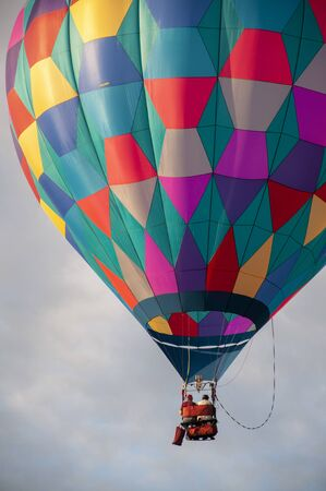 Beautiful Colorful Hot Air Balloon flying in the Tranquil sky - Sixteen Standard-Bild