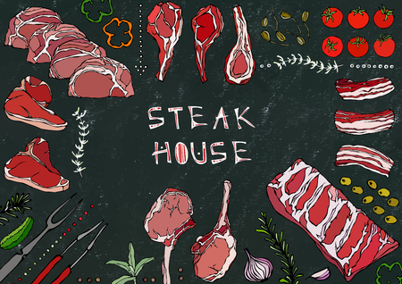 Steak-restaurant. Gesneden vlees - Rundvlees, varkensvlees, lam, biefstuk, biefstuk zonder been, gebraden ribben, lende en koteletten. Tomaat, Olijven, Paprika, Ui, Knoflook Kruiden Vork Tang Zwarte Bord Achtergrond En Krijt
