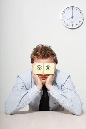 bored man: Un uomo di affari stanco dormire
