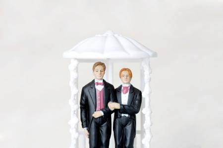 hombres gays: Ilustrado con dos figuras masculinas de matrimonio de gays