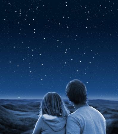 cielo estrellado: Pareja bajo el cielo estrellado Foto de archivo