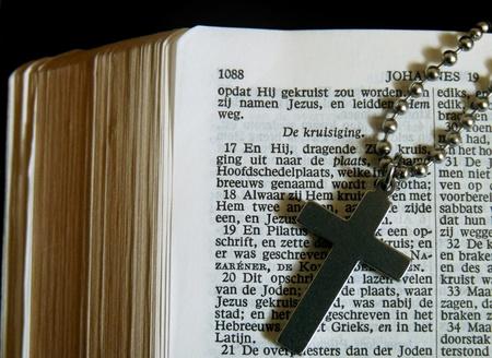 jezus: Dutch Bible with a cross