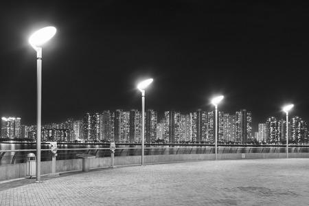 Iluminazione pubblica in passeggiata della spiaggia nella città di Hong Kong Archivio Fotografico