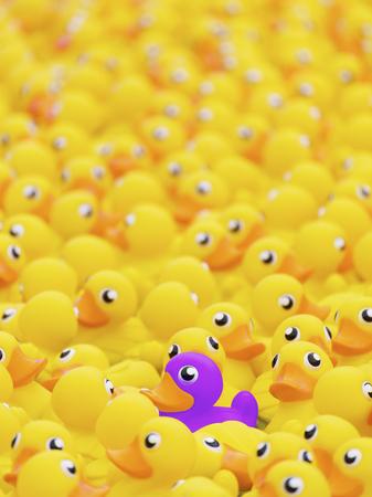 Unieke paarse speelgoedeend onder vele gele. Onderscheiden van het concept van menigte, individualiteit en verschil Stockfoto