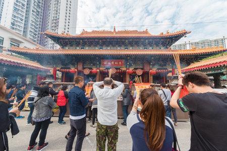 Hong Kong, China - 01 de marzo de 2018: Gente rezando en el altar principal en el templo de Wong Tai Sin en Kowloon en la ciudad de Hong Kong