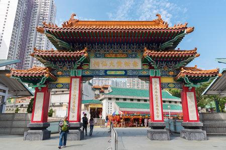 Hong Kong, China - 01 de marzo de 2018: Turista que visita el templo de Wong Tai Sin en Kowloon en la ciudad de Hong Kong Editorial