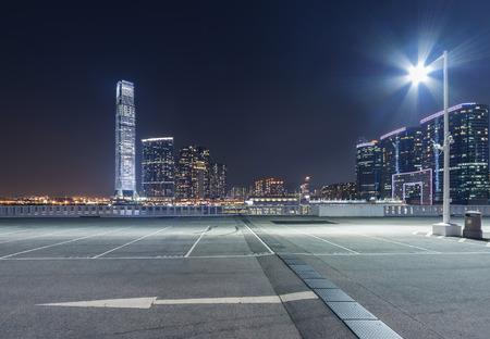 parcheggio vuoto con sfondo skyline della città