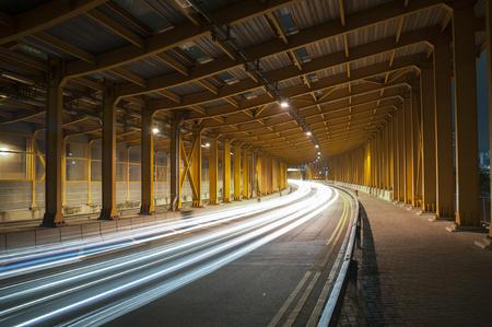 sentiers de lumière et feux de circulation dans le tunnel