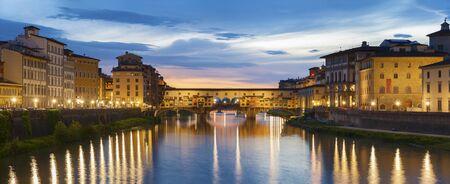 Ponte Vecchio - el mercado del puente en el centro de Florencia, Toscana, Italia Foto de archivo