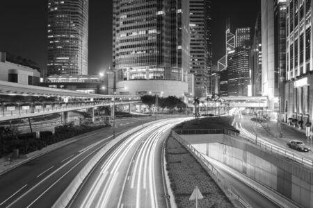 Verkeer in het centrum van de stad Hong Kong 's nachts