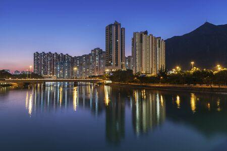 Wohnhochhaus und Berg in Hong Kong City in der Abenddämmerung Standard-Bild