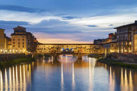 Ponte Vecchio - der Brückenmarkt im Zentrum von Florenz, Toskana, Italien in der Abenddämmerung