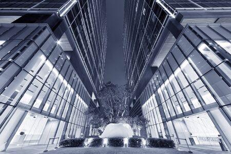Immeuble de bureaux d'affaires dans la ville de Hong Kong la nuit