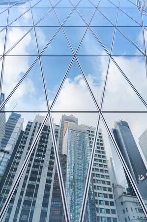 Reflejo del horizonte urbano en el edificio de oficinas moderno