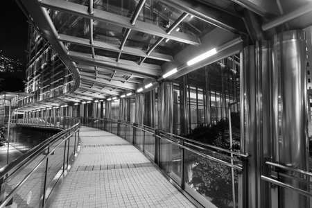 Night scene of empty modern pedestrian walkway in downtown Standard-Bild