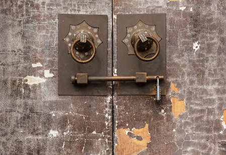 Traditional Chinese bronze handle on brown door. Oriental architecture background 스톡 콘텐츠