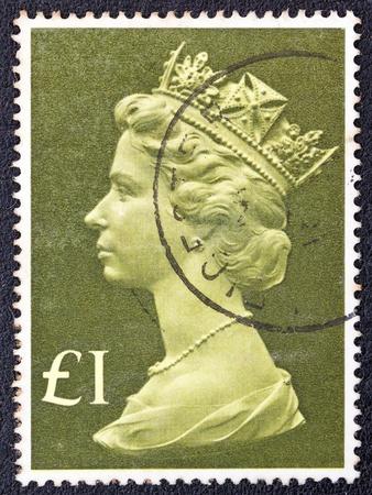 queen elizabeth ii: UNITED KINGDOM - CIRCA 1977  A postage stamp printed in United Kingdom showing a portrait of Queen Elizabeth II, circa 1977   Editorial