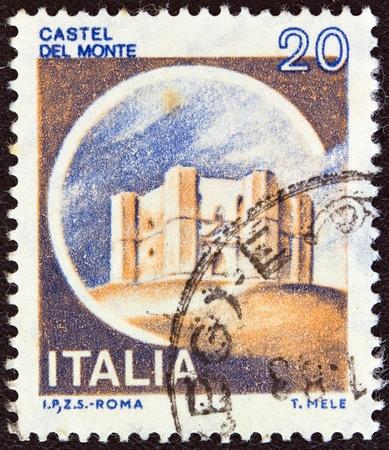 ITALIA - CIRCA 1980 Un timbro stampato in Italia dalla questione mostra Castelli Castel del Monte, Andria, circa 1980