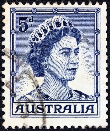 postes: AUSTRALIA - CIRCA 1959: A stamp printed in Australia shows a portrait of Queen Elizabeth II, circa 1959.  Editorial
