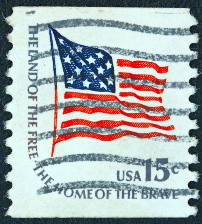 stempeln: USA - CIRCA 1975: A stamp printed in USA from the Americana issue shows the Fort McHenry flag and the inscription The Land of the Free-the Home of the Brave, circa 1975.